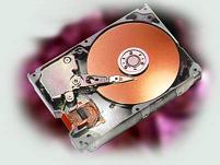 Жёсткий диск (винчестер)Устройства внешней памяти — это накопители на магнитных и оптических дисках.Встроенные в системном блоке магнитные диски называются жесткими дисками, или винчестерами. Это очень важная часть компьютера, поскольку именно здесь хранятся все необходимые для работы компьютера программы. Чтение /запись на жесткий диск производится быстрее, чем на все другие виды внешних носителей, но все-таки медленнее, чем в оперативную память. Чем больше объем жесткого диска, тем лучше. На современных ПК устанавливают жесткие диски, объем которых измеряется в гигабайтах: десятки и сотни гигабайтов. Покупая компьютер, вы приобретаете и необходимый набор программ на жестком диске. Обычно покупатель сам заказывает состав программного обеспечения компьютера.